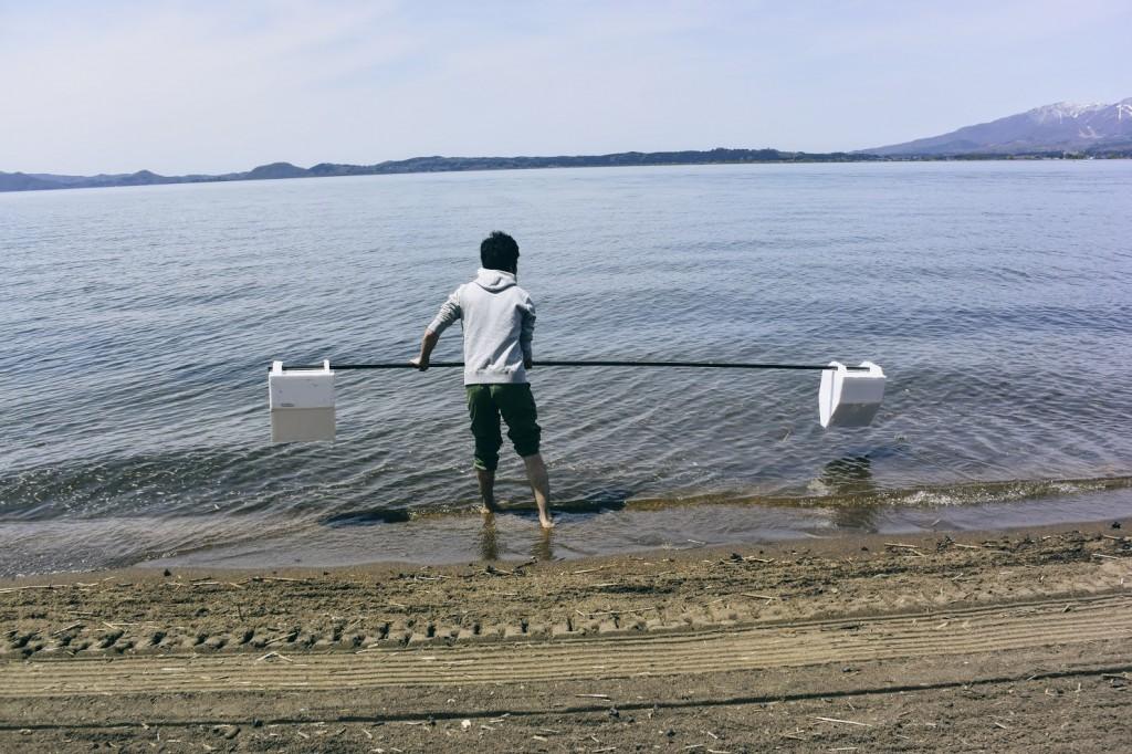 湖への投げ入れ