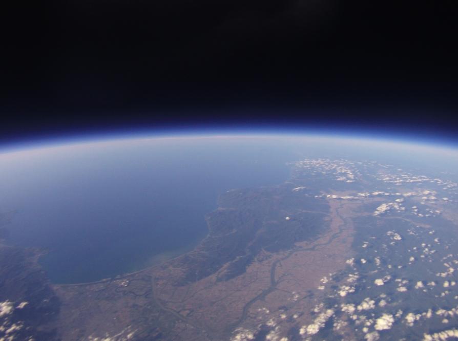 地球の丸さと宇宙の黒さ